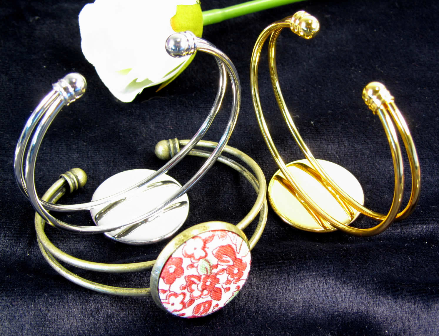An elegant bracelet with a 25 mill cabochon mount, easily made using your badge machine