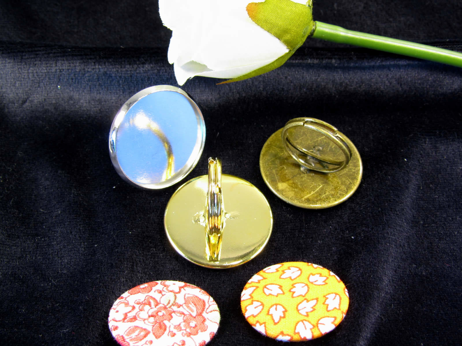 Make these jewelry items using your 25 mm Alond badge machine